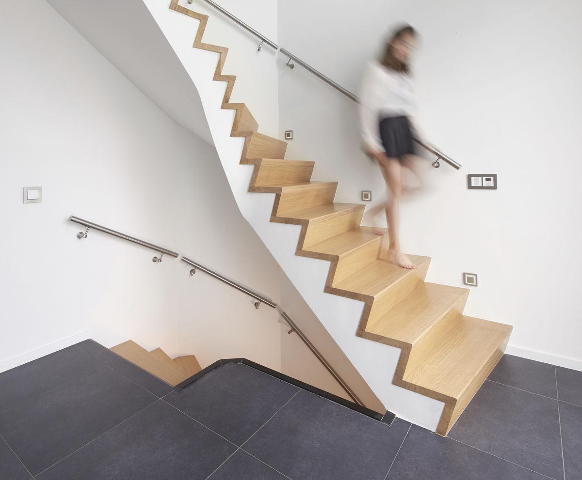 Moderne trap in de nieuwe bouw stock foto afbeelding bestaande