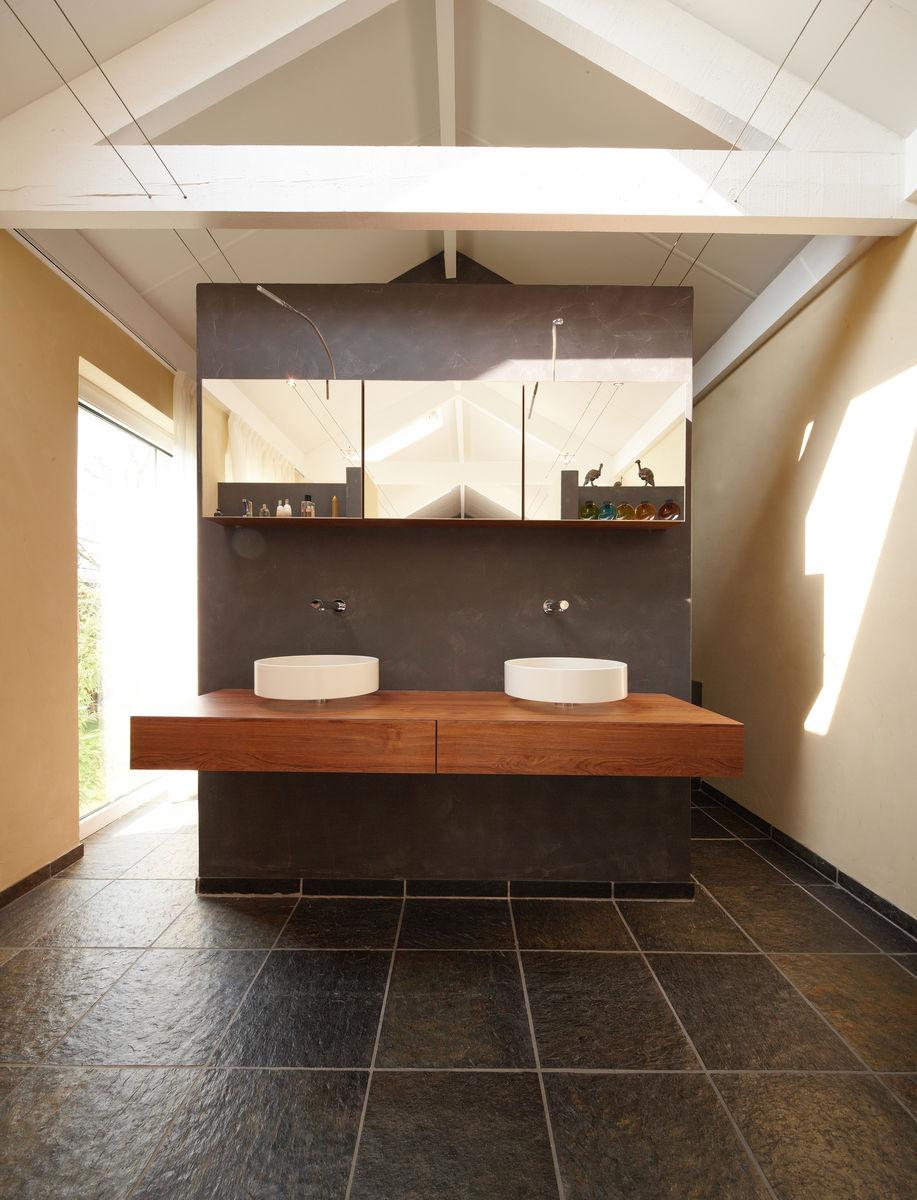 Slaapkamer met en-suite badkamer door Henk van Leeuwen